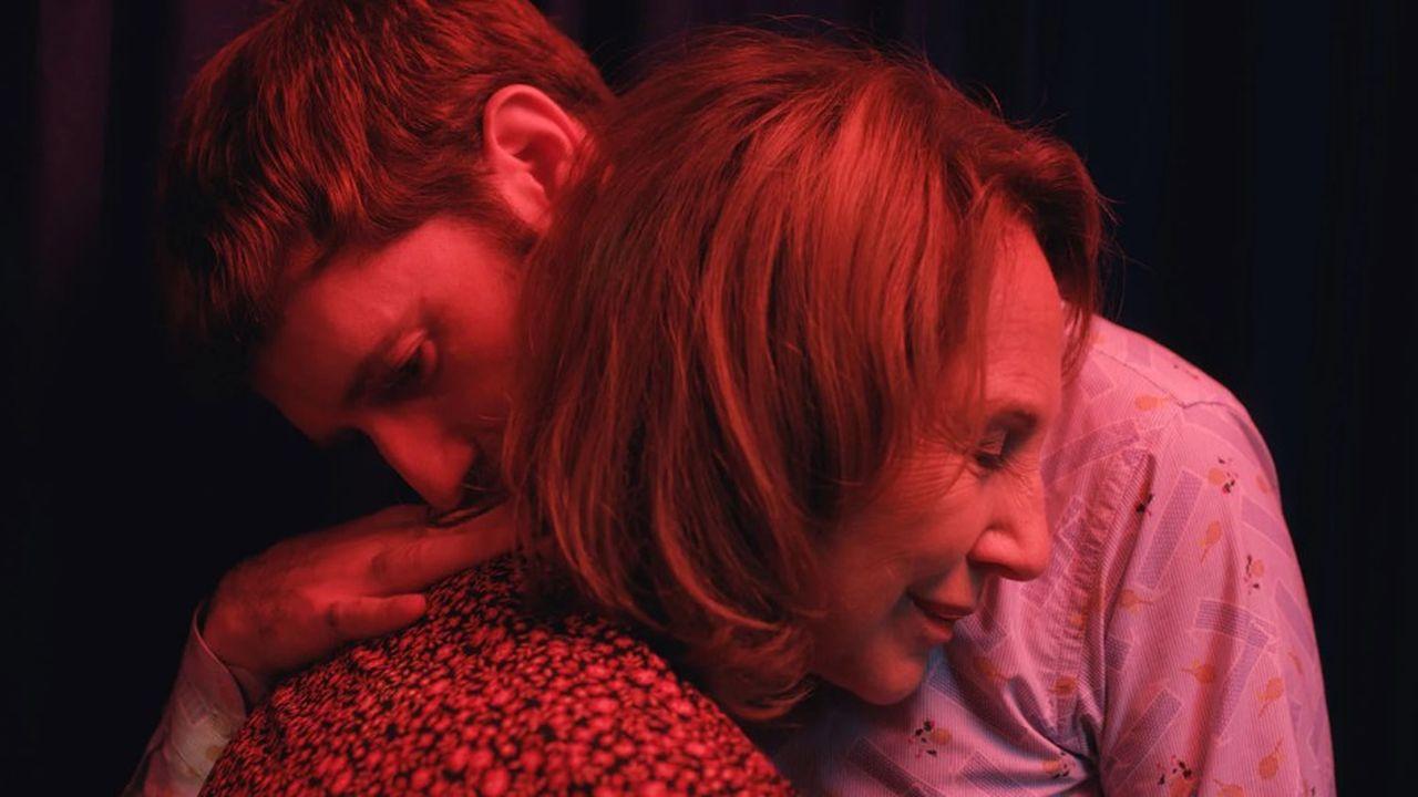 Jérémie (Nicolas Maury) dans les bras de sa mère, Bernadette (Nathalie Baye).