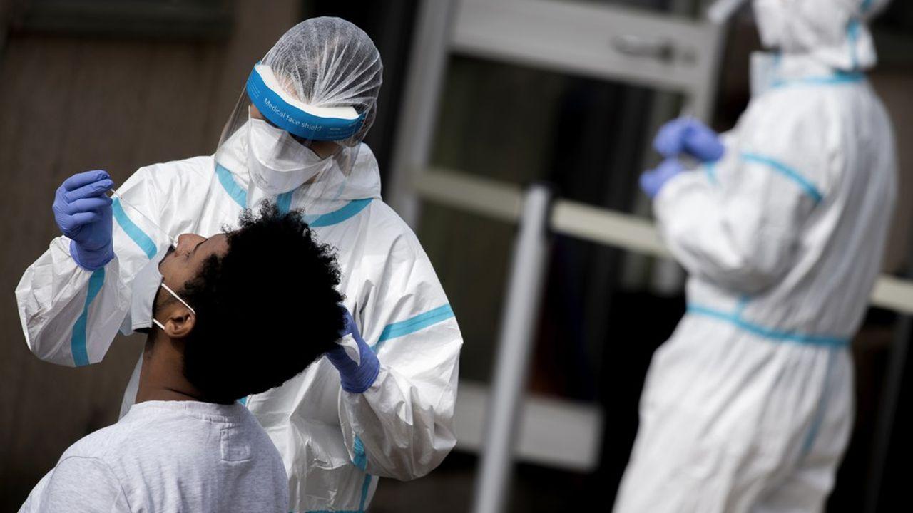 En Italie, la Lombardie reste la région la plus touchée avec 5.035 nouveaux cas signalés ce mardi, suivie par la Campanie avec 2.761 cas de contamination.
