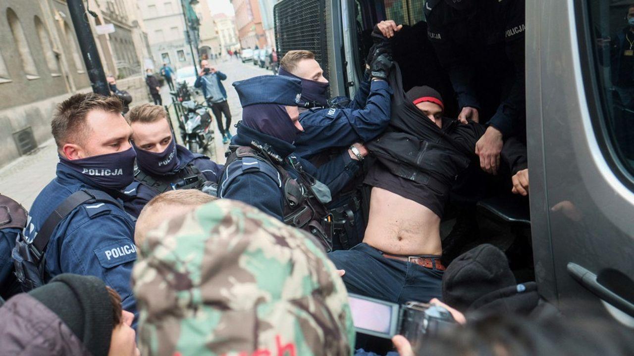 Les policiers polonais (photo: lors d'une manifestation le 24octobre à Poznan) ont un «recours excessif à la force» lors des interpellations, souligne le Conseil de l'Europe.