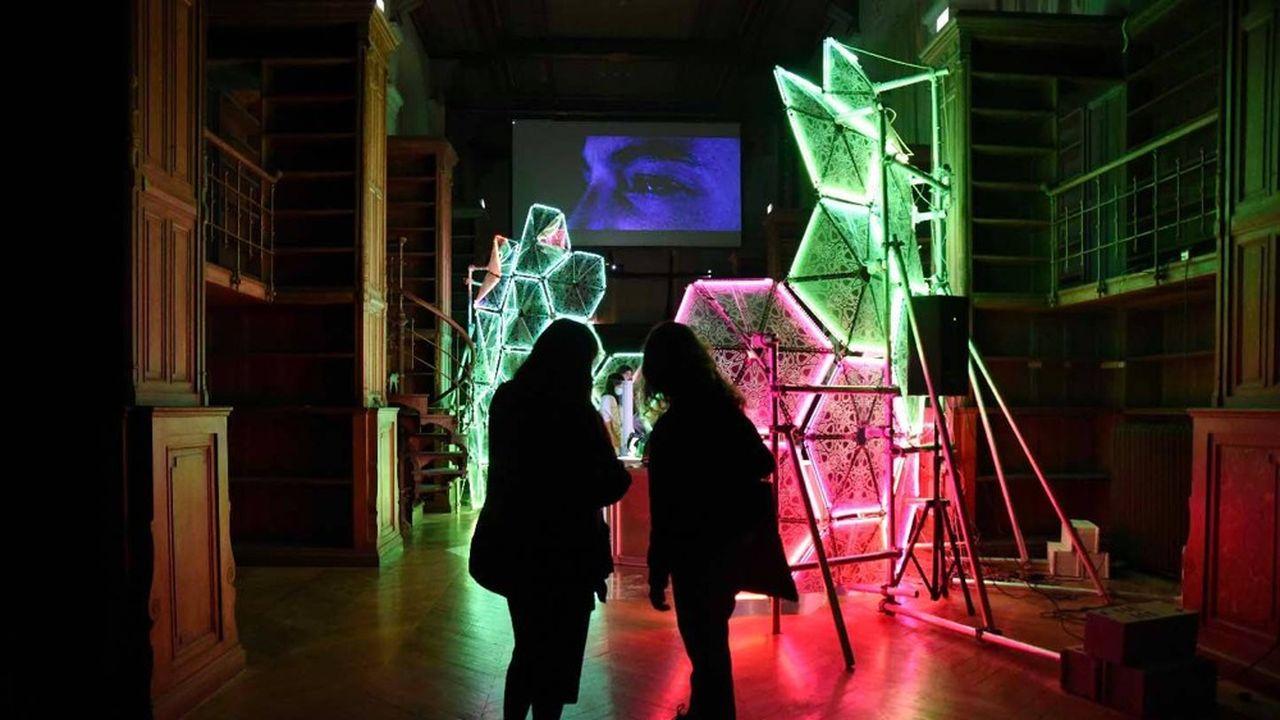Mounir Ayache, « Khadija», 2020 Installation multimédia, projection, bras robotisé Kawasaki