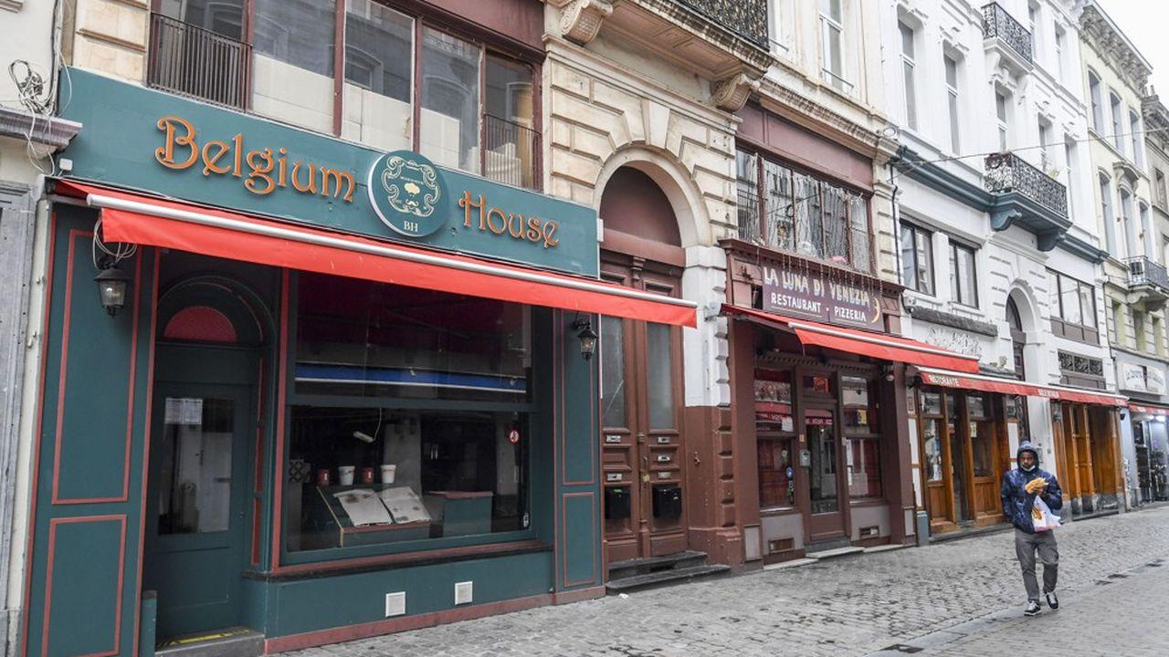 Les restaurants et les cafés sont fermés en Belgique depuis deux semaines. La menace d'un large reconfinement se précise.