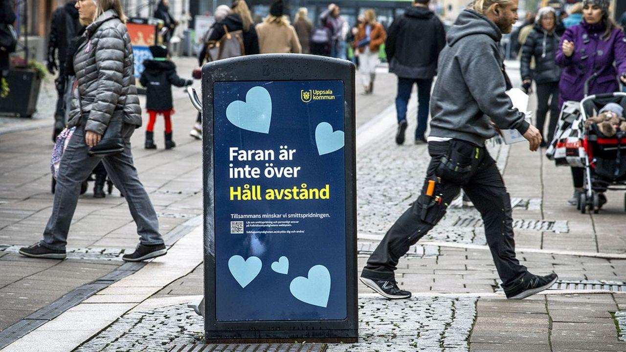 En Suède, l'Agence de santé publique continue à considérer les masques comme peu utiles et contre-productifs contre le coronavirus. Très peu de gens en portent. Il est pourtant écrit sur cette poubelle de rue «Le danger est toujours là. Gardez vos distances».