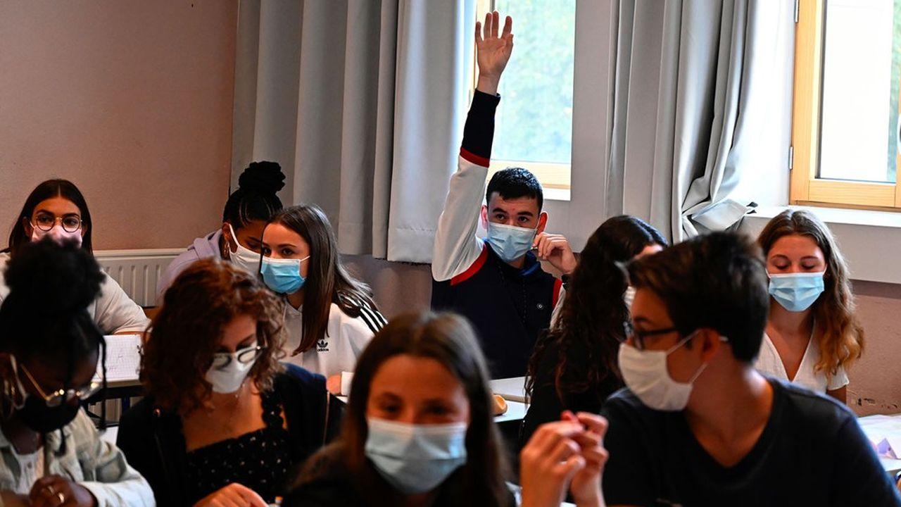 Les collèges, où le port du masque est obligatoire depuis la rentrée, comme dans les lycées, échappent à la fermeture, contrairement au confinement en vigueur aux mois de mars et avril derniers.