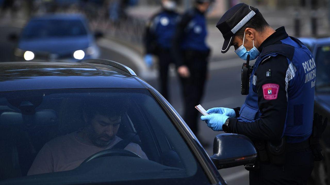 L'Espagne veut freiner les déplacements durant la Toussaint pour limiter les risques d'expansion du virus. (Photo by OSCAR DEL POZO/AFP)