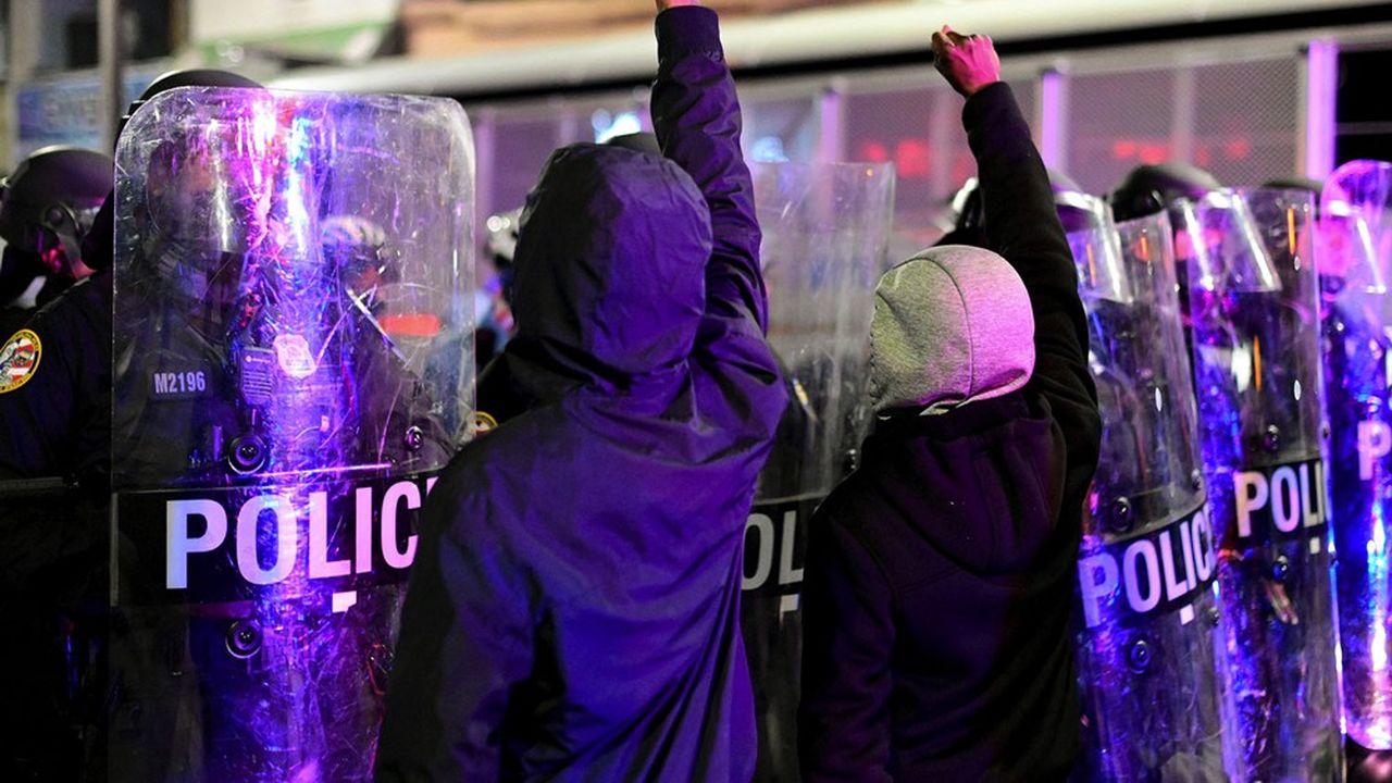 Plus de 1.000 personnes ont manifesté mardi soir, provoquant de nouveaux heurts avec la police.