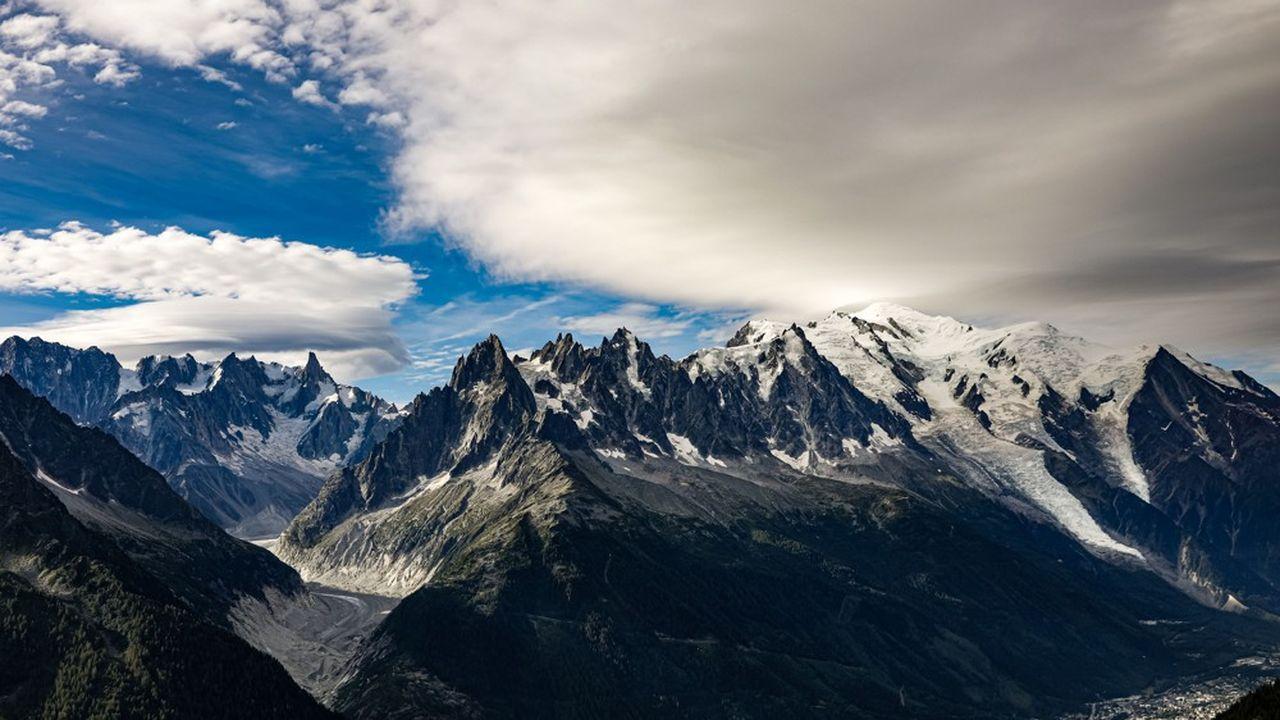 Vue panoramique de la face nord des glaciers du Mont-Blanc et de l'aiguille de Chamonix.