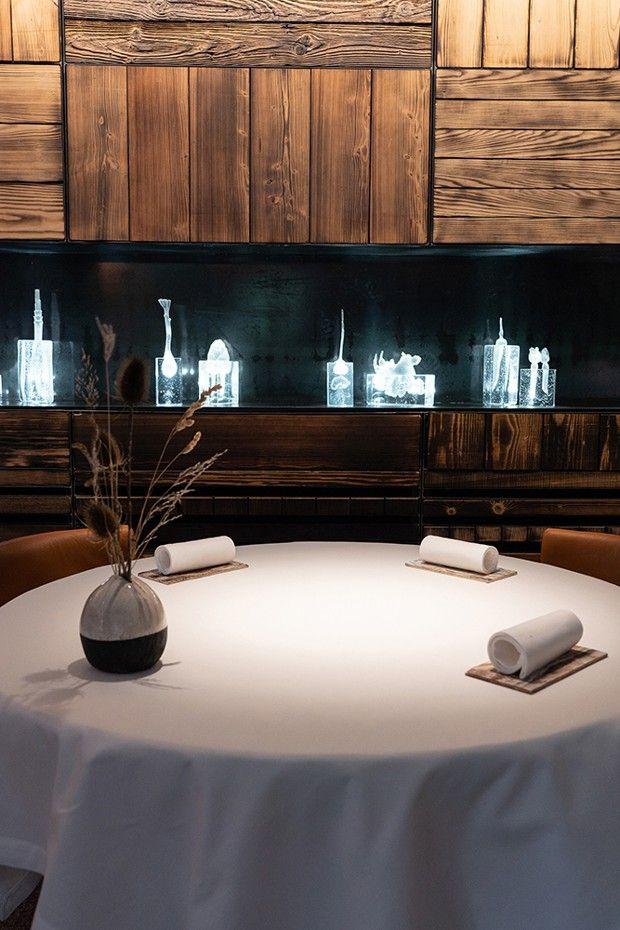 Le décor épuré du restaurant, avec son potager de cristal.