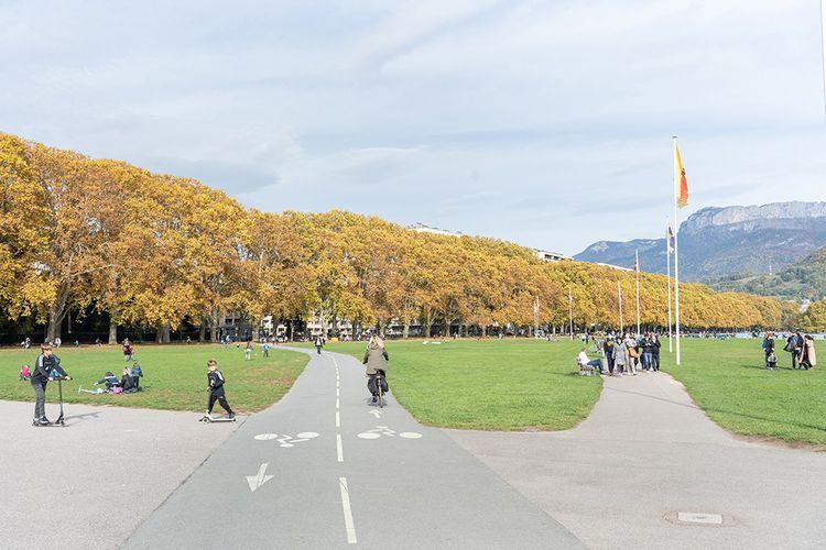 A partir du centre d'Annecy, 33 km de voie verte se prêtent à la balade le long du lac, à vélo ou à pied.