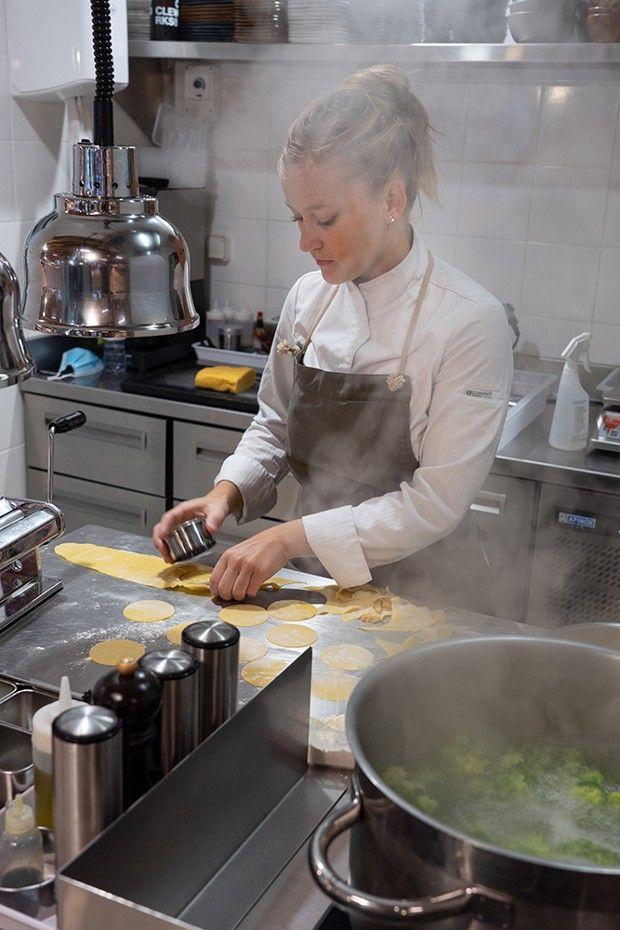 La cuisine des Contes de la mer, boutique poissonnerie restaurant ouverte par Yoann Conte.