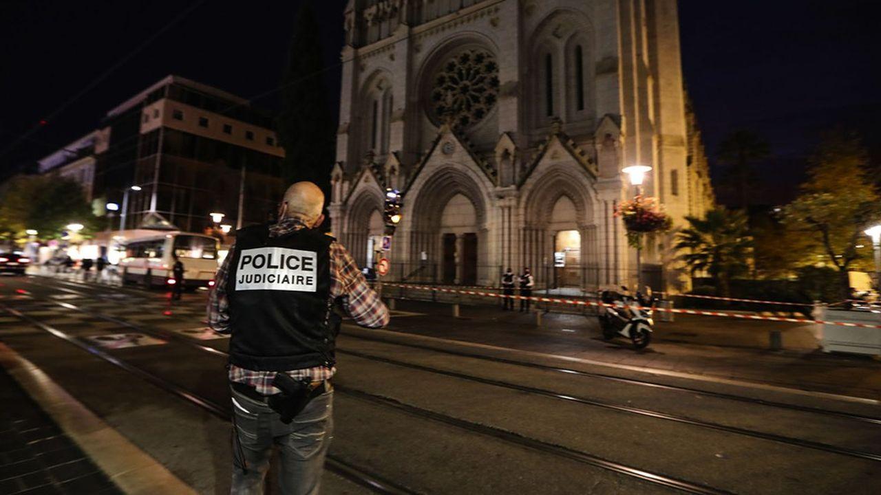 Un jeune homme armé d'un couteau a tué, jeudi matin, trois personnes dans l'église Notre-Dame-de l'Assomption-de-Nice.