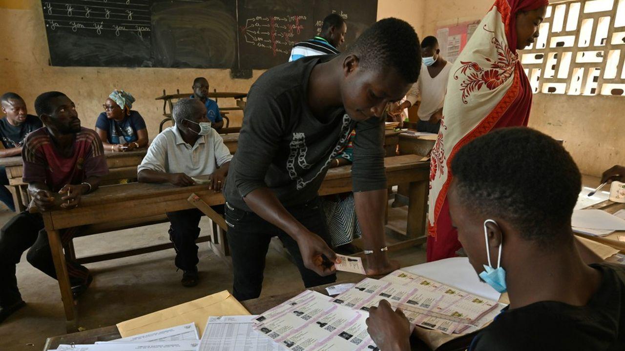 Le processus électoral en Côte d'Ivoire a débuté bien avant le scrutin du 31octobre, avec notamment la distribution de cartes d'électeurs.