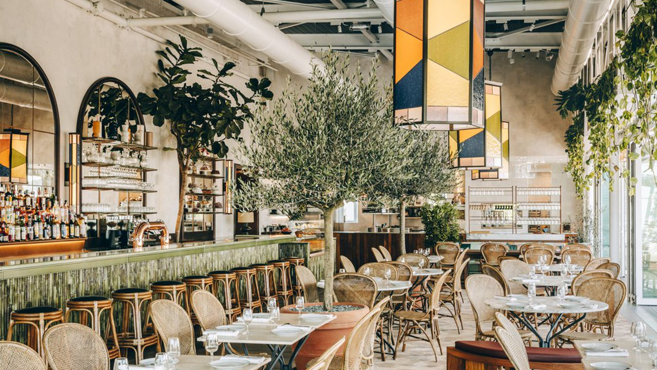 Les luminaires réalisés par l'entreprise Brossier Saderne pour le restaurant Le Perchoir, porte de Versailles, à Paris.