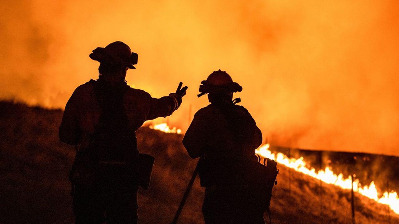 Des pompiers combattant un incendie dans les faubourgs de Santa Rosa (Californie), le septembre 27 dernier.