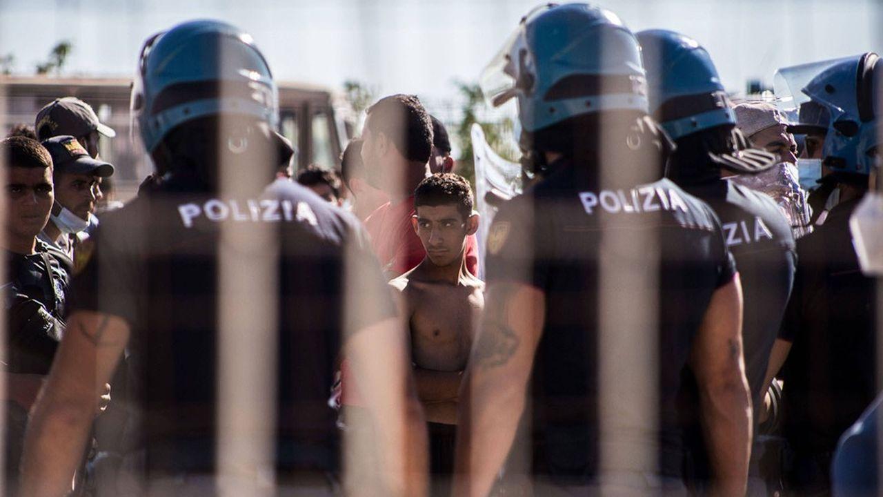 La crise migratoire a refait surface en Italie cet été, alimentée notamment par la hausse des arrivées de ressortissants tunisiens.