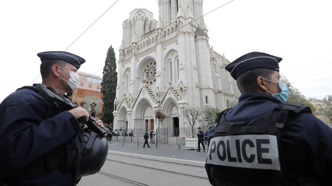 Des policiers français devant la Basilique Notre-Dame de Nice, dans laquelle trois personnes ont été tuées par un terroriste tunisien le 29octobre.