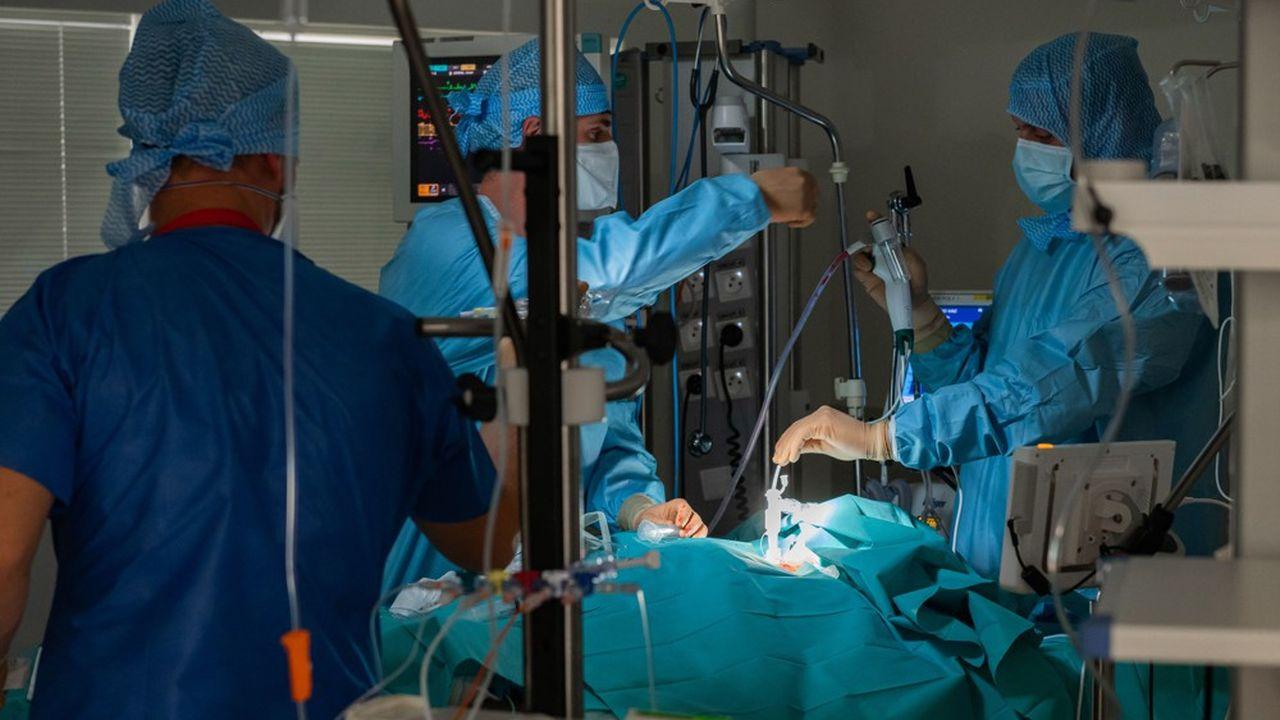 Dans la semaine du 18 au 25octobre, 1.318 décès Covid ont été enregistrés dans les hôpitaux et les établissements médico-sociaux, soit 51% de plus que la semaine précédente, qui était elle-même déjà en hausse de 60%.