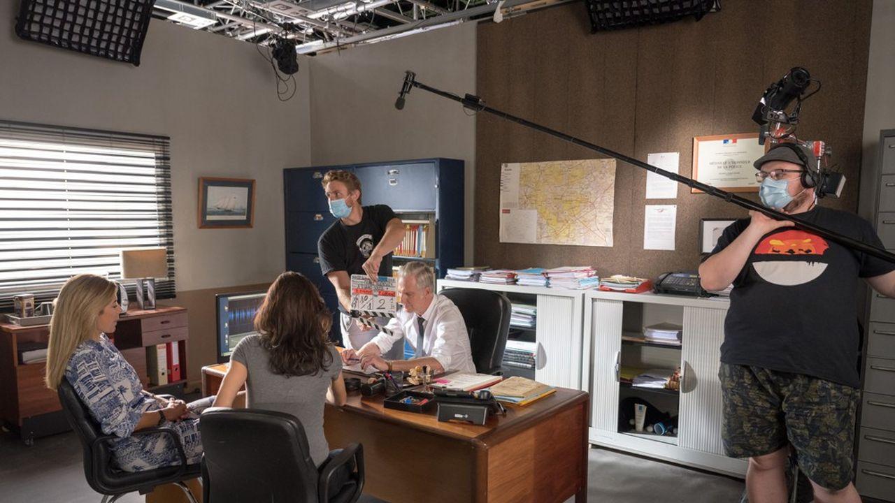 Les scènes de tournage en face en face se font avec une certaine distance.