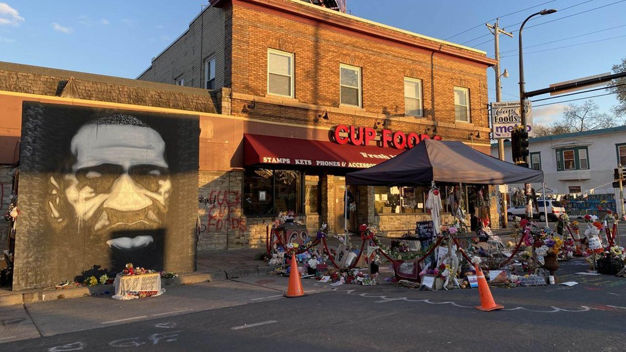 A l'endroit où George Floyd a été tué, le 25 mai dernier, les habitants ont conservé un mémorial et empêchent les véhicules de pénétrer dans la zone.