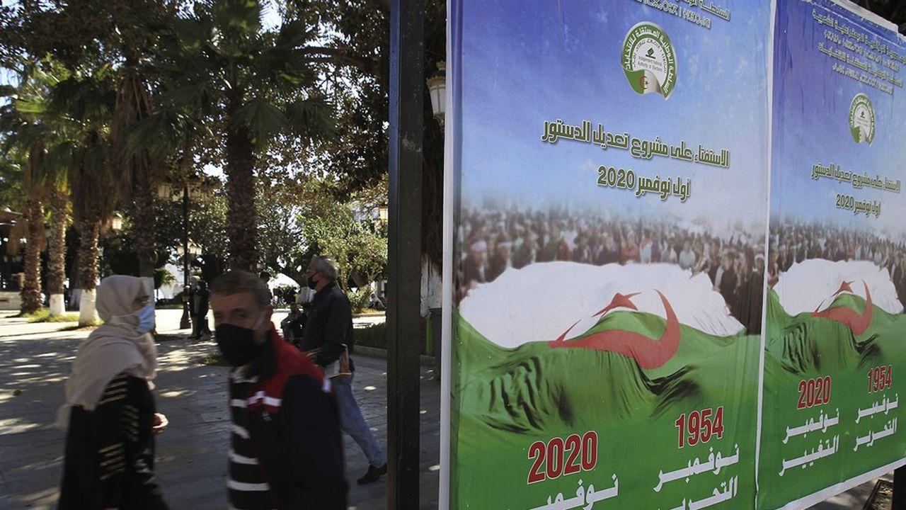 Les affiches en faveur du référendum constitutionnel de ce dimanche n'ont pas captivé les Algériens, préoccupés par le Covid, la crise économique et sociale et les déceptions post-Hirak
