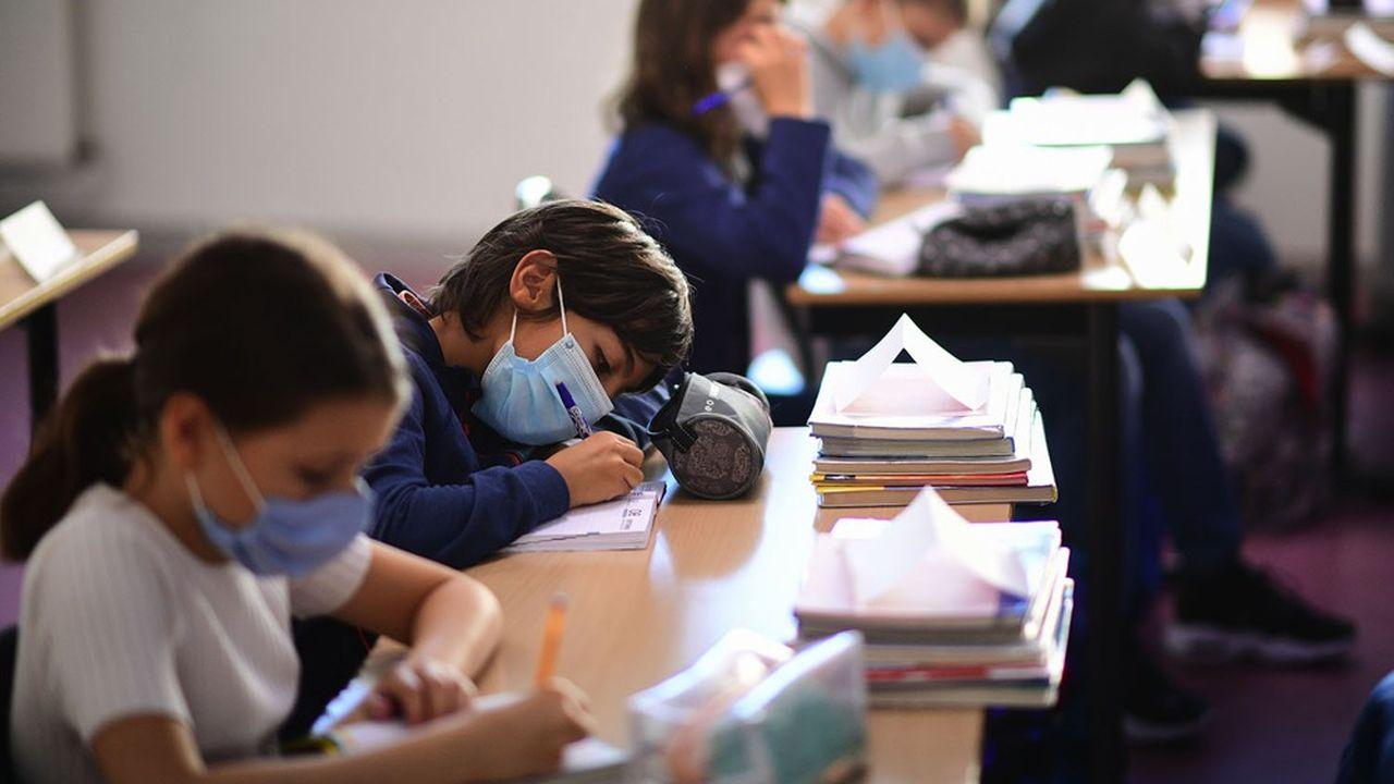 Le protocole sanitaire renforcé impose le port du masque aux élèves, dès 6 ans.