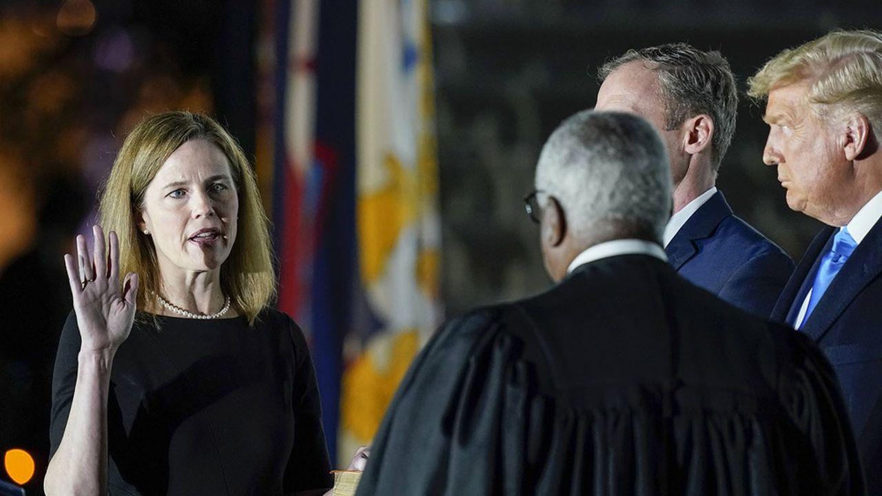 Désignée par Donald Trump et confirmée par le Sénat, la conservatrice Amy Coney Barrett a fait son entrée à la Cour suprême des Etats-Unis.