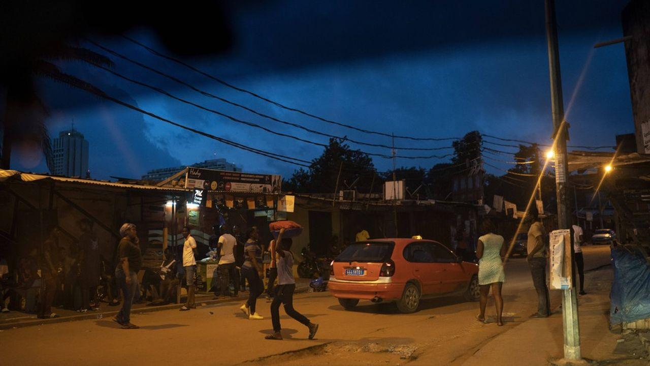 Alassane Ouattara est assuré d'une victoire écrasante, faute d'adversaire, l'opposition ayant boycotté le scrutin. Les résultats étaient attendus dans la soirée.