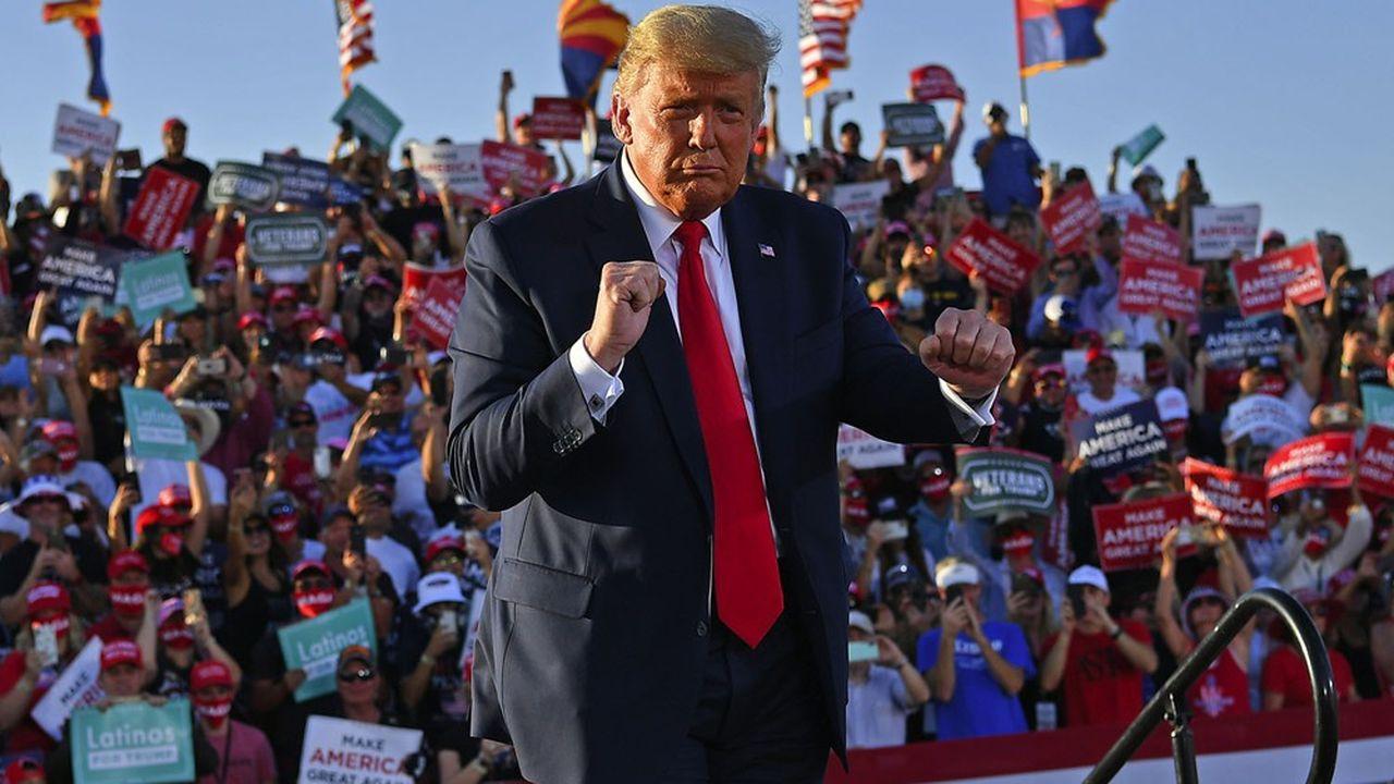 Donald Trump en train de danser, le 19 octobre 2020, à l'aéroport international de Tucson, en Arizona. (Photo by MANDEL NGAN / AFP)