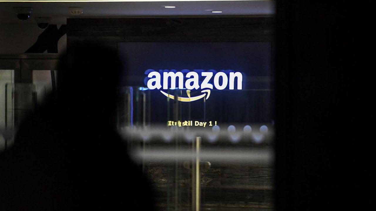 Amazon France est sous le feu des critiques, alors que la plupart des commerces physiques doivent fermer boutique durant le confinement.