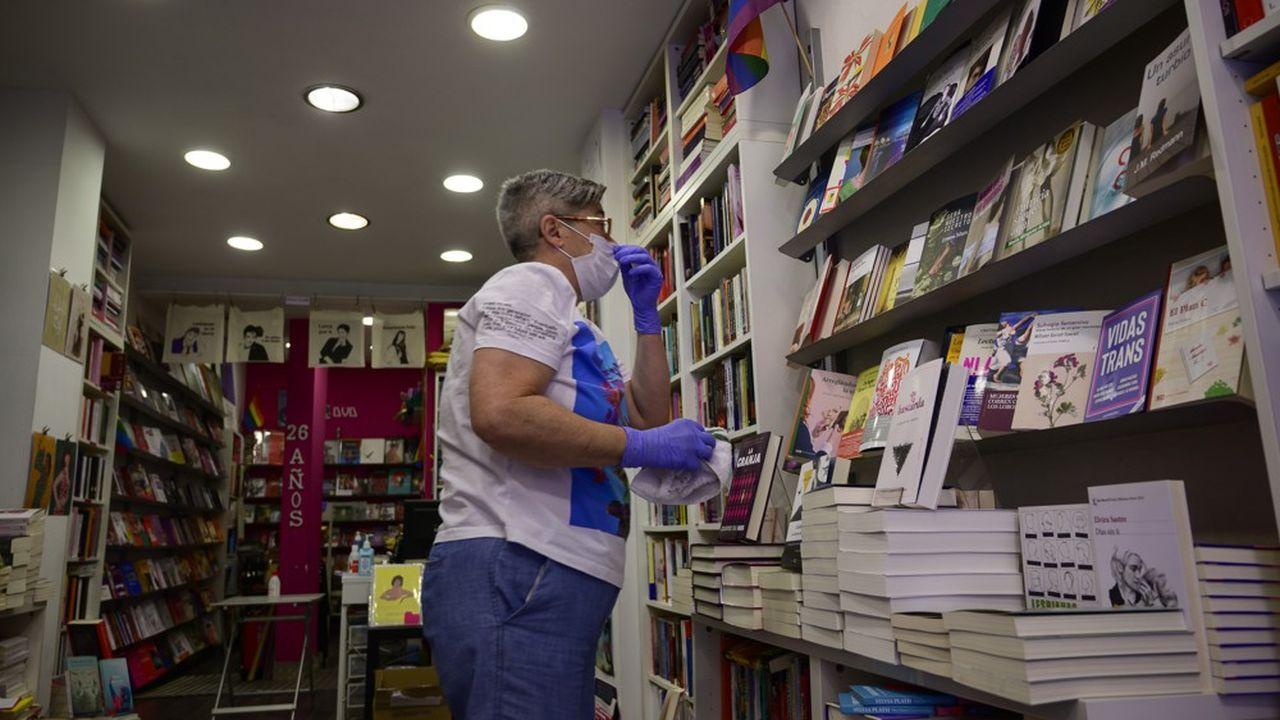 Un libraire désinfecte sa boutique à Madrid.