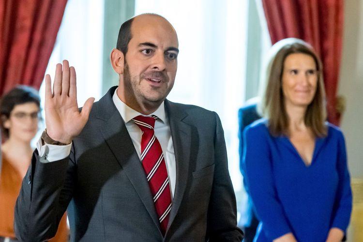 Le secrétaire d'Etat Mathieu Michel, « fils de » et « frère de », prête serment devant le roi et le Premier ministre De Croo au palais royal, le 1er octobre à Bruxelles.
