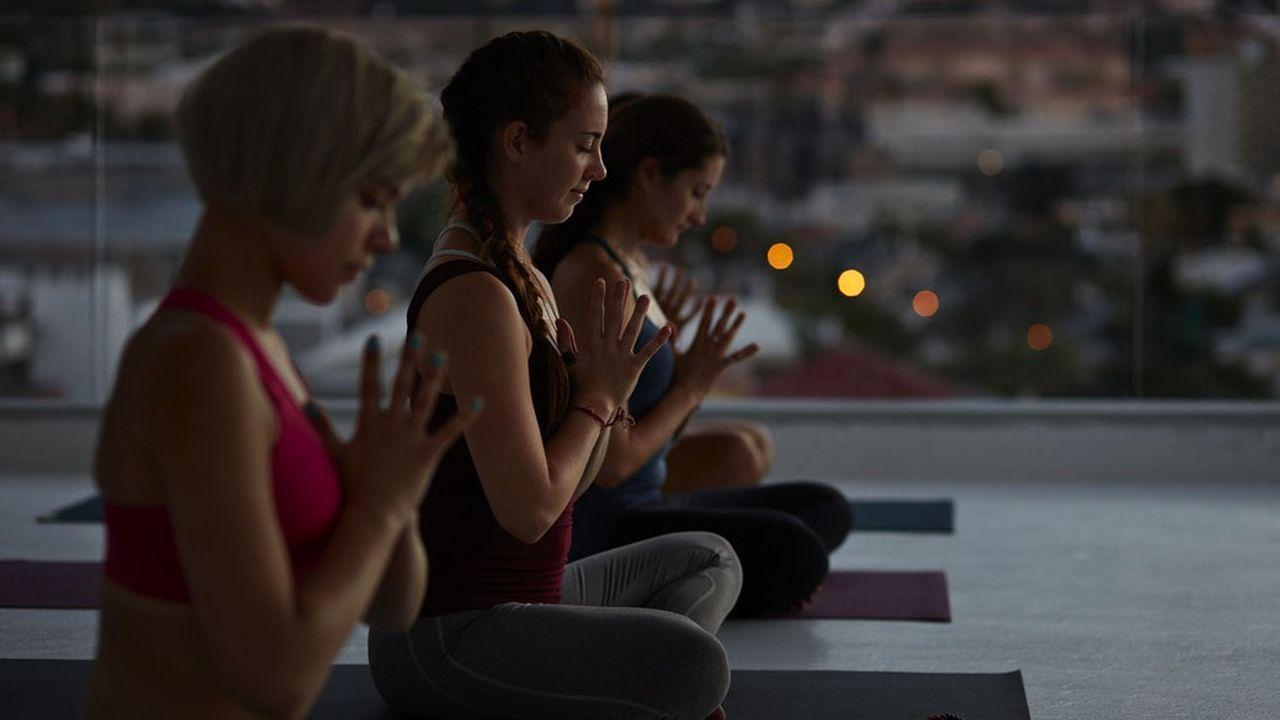 La pratique du yoga agit d'une façon positive sur l'état physique aussi bien qu'émotionnel de chacun, en télétravail ou non, quel que soit son niveau hiérarchique, son âge et son sexe.
