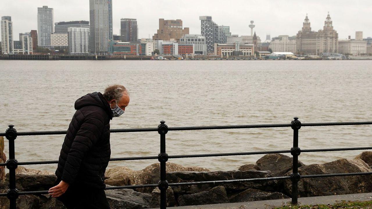 Actuellement classée en zone à risque très élevé par le gouvernement, Liverpool a été l'une des villes les plus touchées par la pandémie, avec 410,4 cas pour 100.000 personnes la semaine dernière.