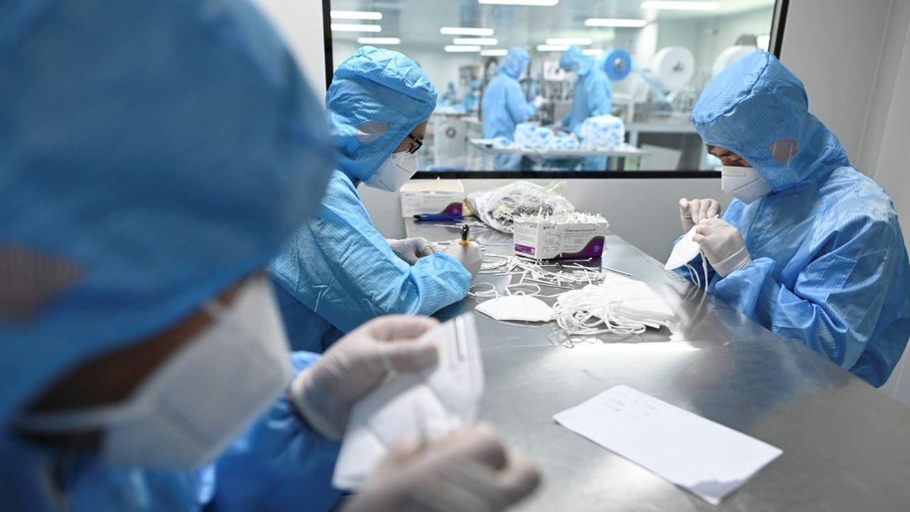 La Chine, qui pouvait produire 20millions de masques par jour avant l'épidémie, s'est retrouvé en mesure d'en fabriquer quotidiennement 116millions fin février, puis de l'ordre de 200millions fin avril.