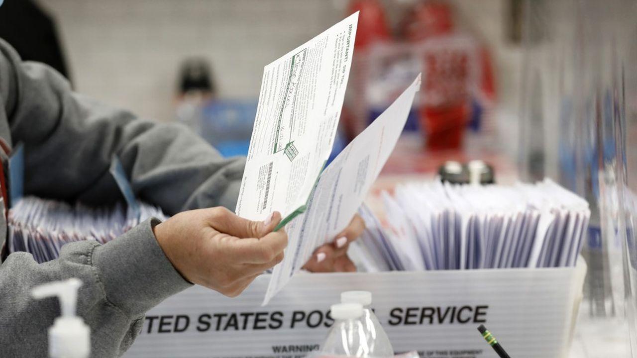 Les délais de traitement des votes par courrier, déjà choisis par 60millions d'Américains, ne sont pas les mêmes que ceux du vote en personne, enregistré directement par une machine.