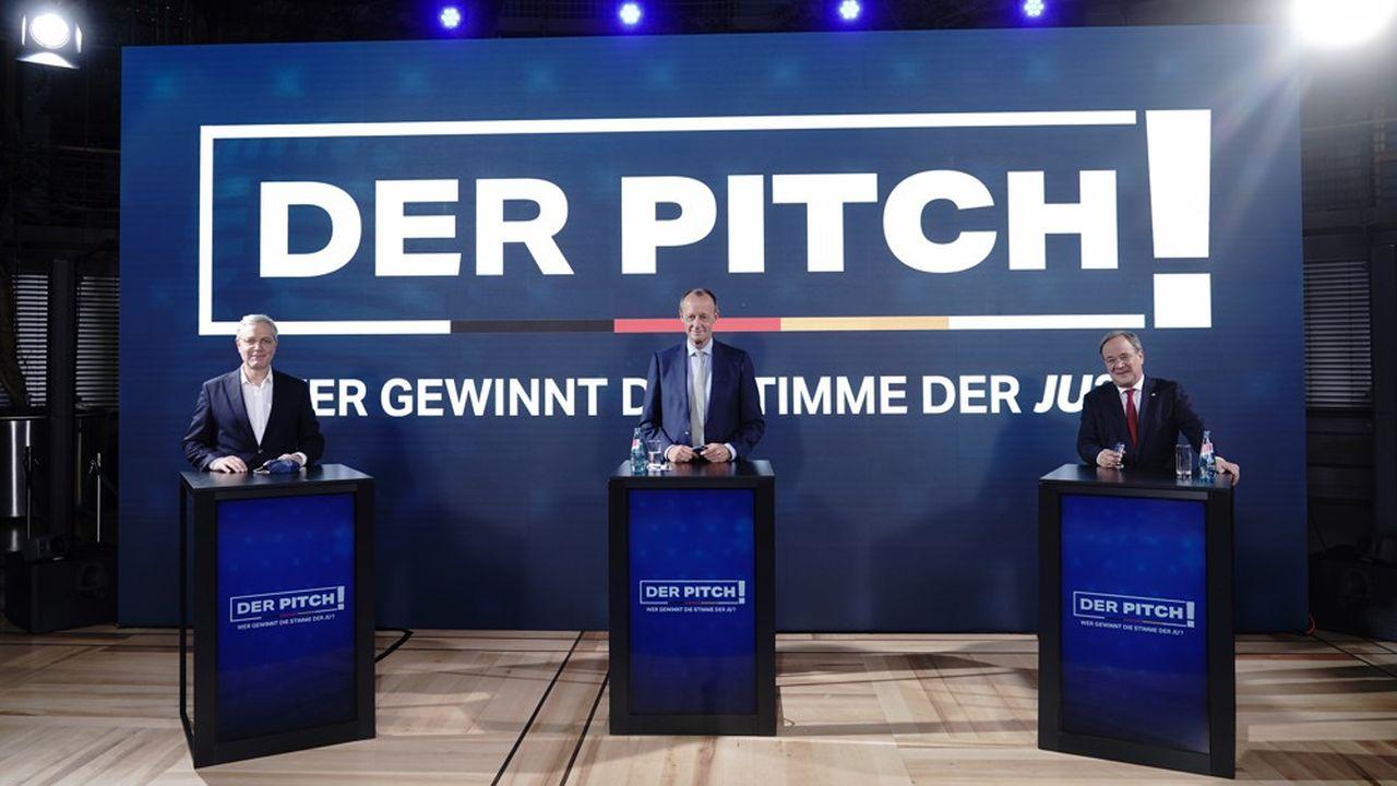 Les trois candidats déclarés à la présidence de la CDU ont participé à un premier débat le 17octobre devant les jeunes du parti chrétien-démocrate qui ont dans les quinze jours suivants voté à 51,6% pour Friedrich Merz (au centre). (Photo by Michael Kappeler/POOL/AFP)