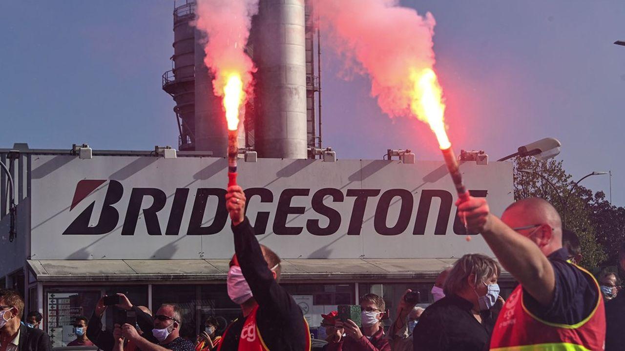 Manifestation syndicale devant l'usine Bridgestone de Béthune , le 17 septembre 2020. (Photo by DENIS CHARLET / AFP)