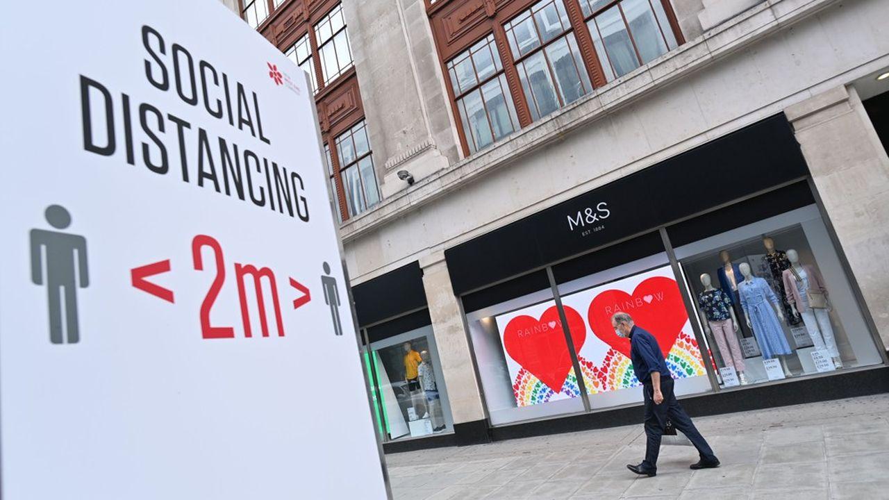 Marks and Spencer, qui avait annoncé en août la suppression de 7.000 emplois en raison de la baisse de fréquentation essuyée par ses magasins, est en train de réduire ses coûts pour atteindre 115millions de livres d'économies annuelles.