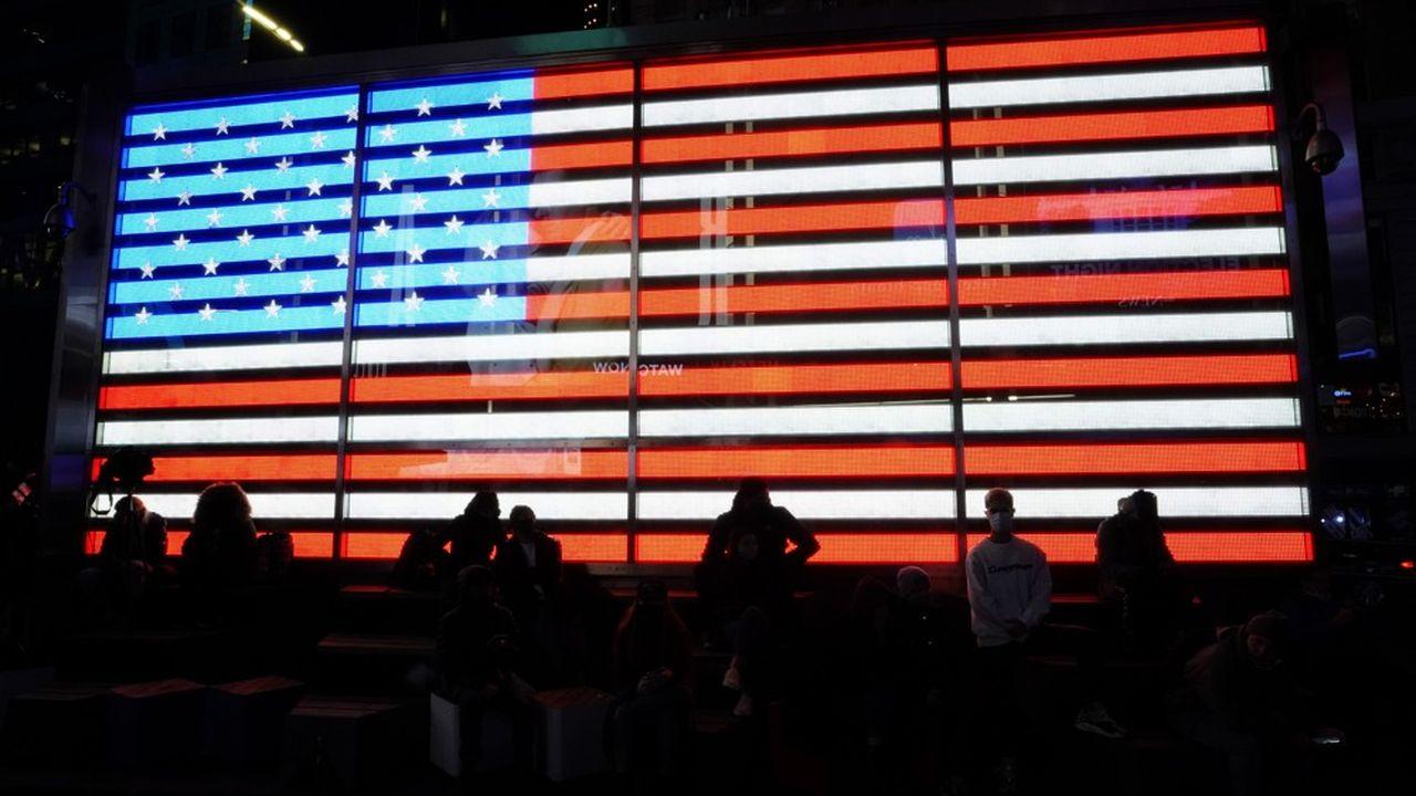 Des Américains attendent le résultat des élections présidentielles à Times Square (New York), le 4novembre 2020.