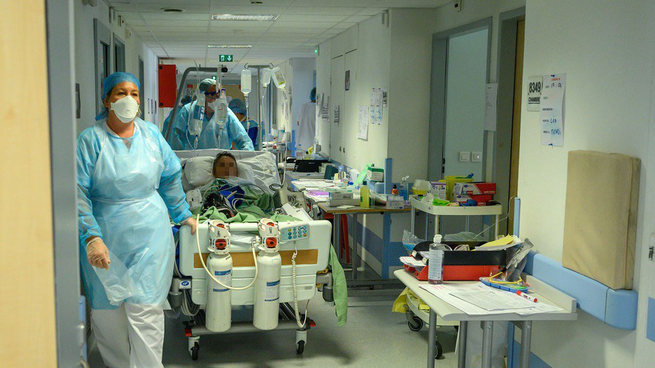 Le nombre de lits de réanimation en France, déjà relevé de 5.100 à 5.800 après la première vague épidémique, a atteint 6.400 en début de semaine