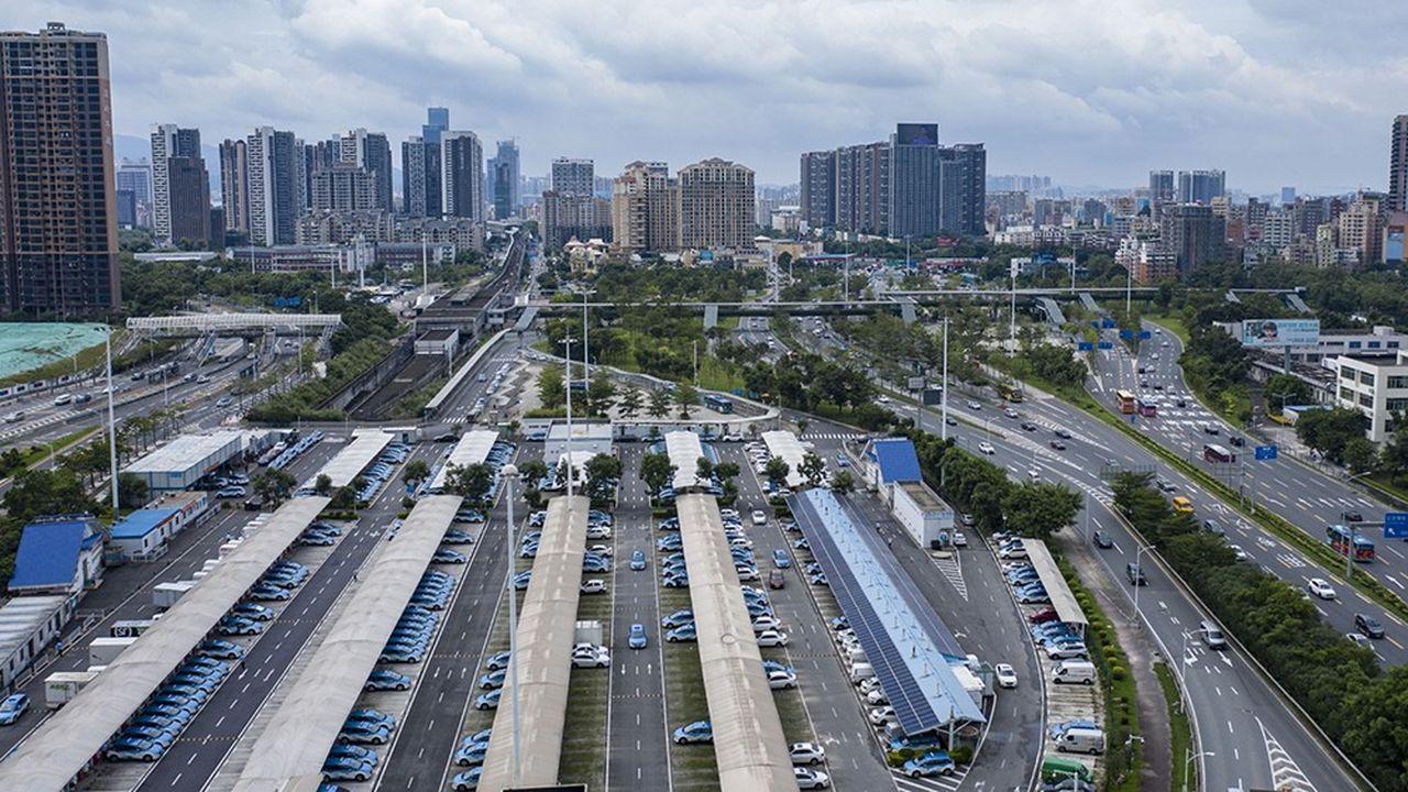 Véhicules électriques en rechargement à Shenzhen, le fief de BYD, en septembre2019.