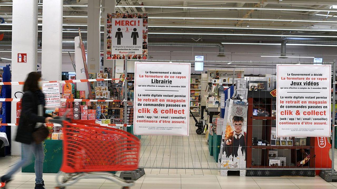 Les distributeurs s'adaptent à l'interdiction qui leur est faite de vendre l'essentiel de leurs produits non alimentaires et multiplient les initiatives.