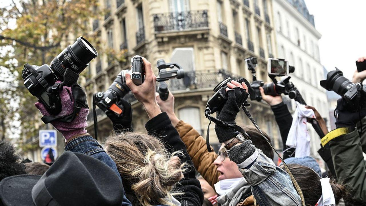 La Défenseure des droits estime que la proposition de loi sur la «sécurité globale» fait peser des «risques considérables» sur la liberté d'informer.