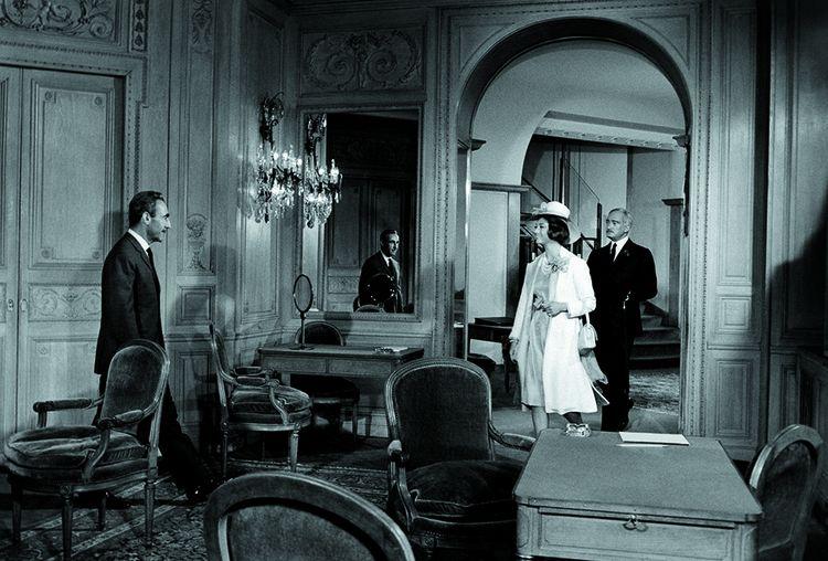 Dans Fantomas, le film d'André Hunebelle (1964), le joaillier Pierre Arpels, patron de Van Cleef & Arpels, dans son propre rôle, accueille dans sa maison de la place Vendôme le malfaiteur grimé en Lord Shelton (et incarné par Jean Marais).