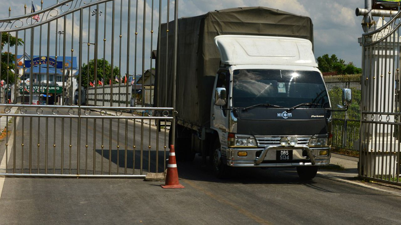 Les camions de marchandises peuvent franchir les postes-frontières en bénéficiant de formalités douanières simplifiées (notre photo: le poste de Sungai Kolok entre la Thaïlande et la Malaisie).