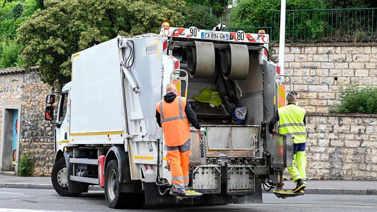 Camion de ramassage, collecte des ordures ménagères, éboueurs. Métropole de Lyon.