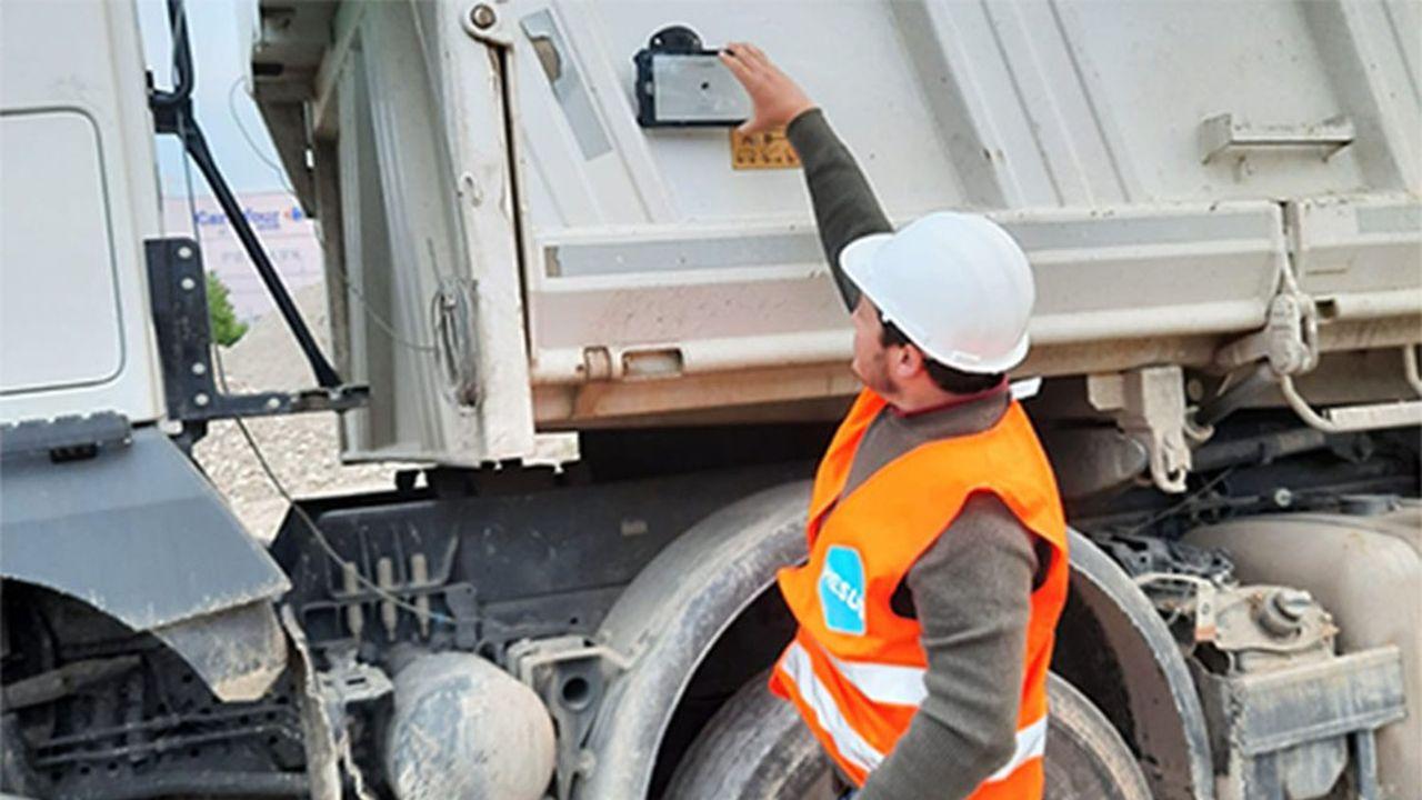 Un objet connecté baptisé « Ubisol » permet de suivre en temps réel les camions, assurant une traçabilité des terres .