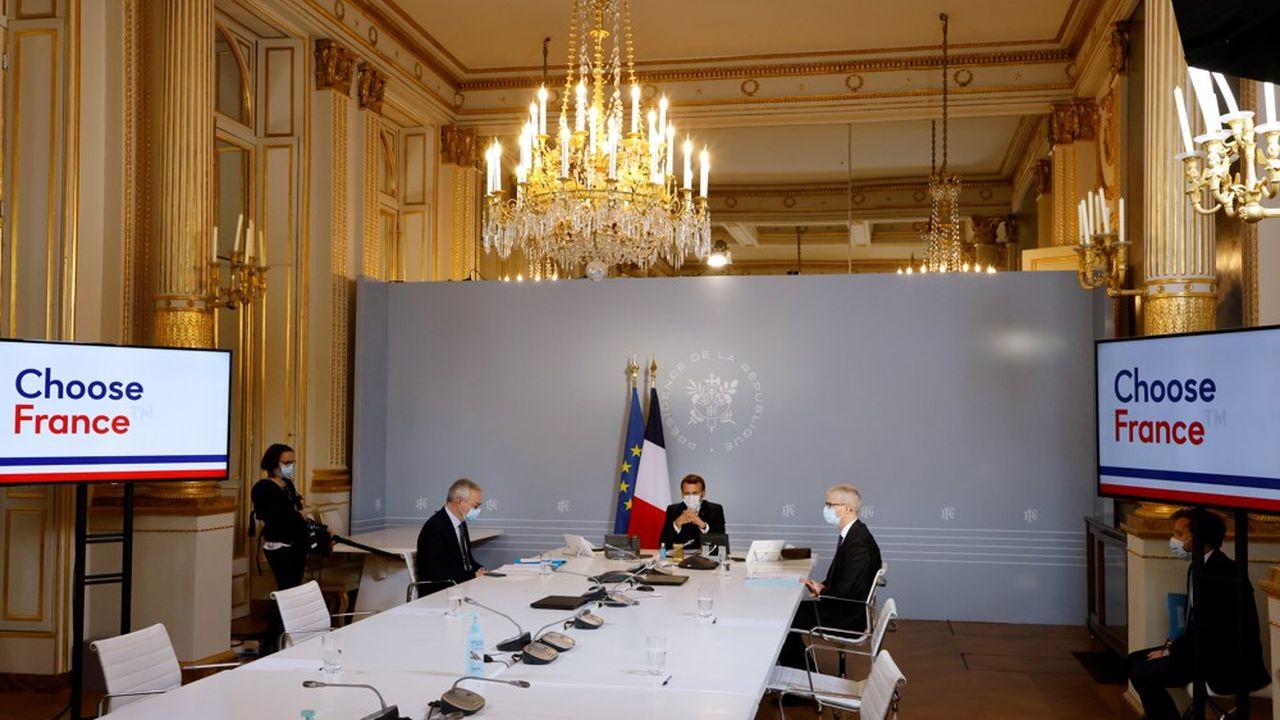 Emmanuel Macron, ce vendredi avec Bruno Le Maire et Franck Riester, en visioconférence pour le « mini-Choose France ».
