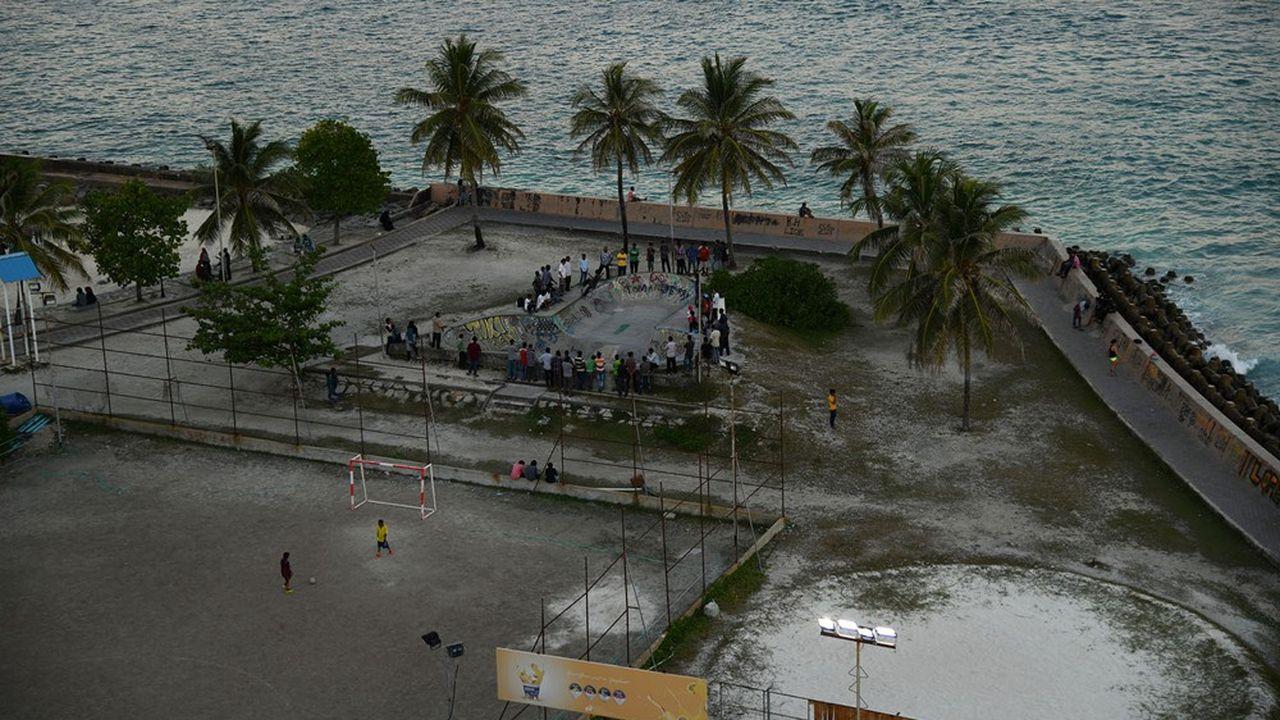 La part des financements des pays riches pour aider les pays en développement à faire face aux effets du changement climatique est encore trop faible. L'urgence est là pourtant comme aux Maldives où la montée du niveau de la mer nécessite un renforcement régulier des digues.