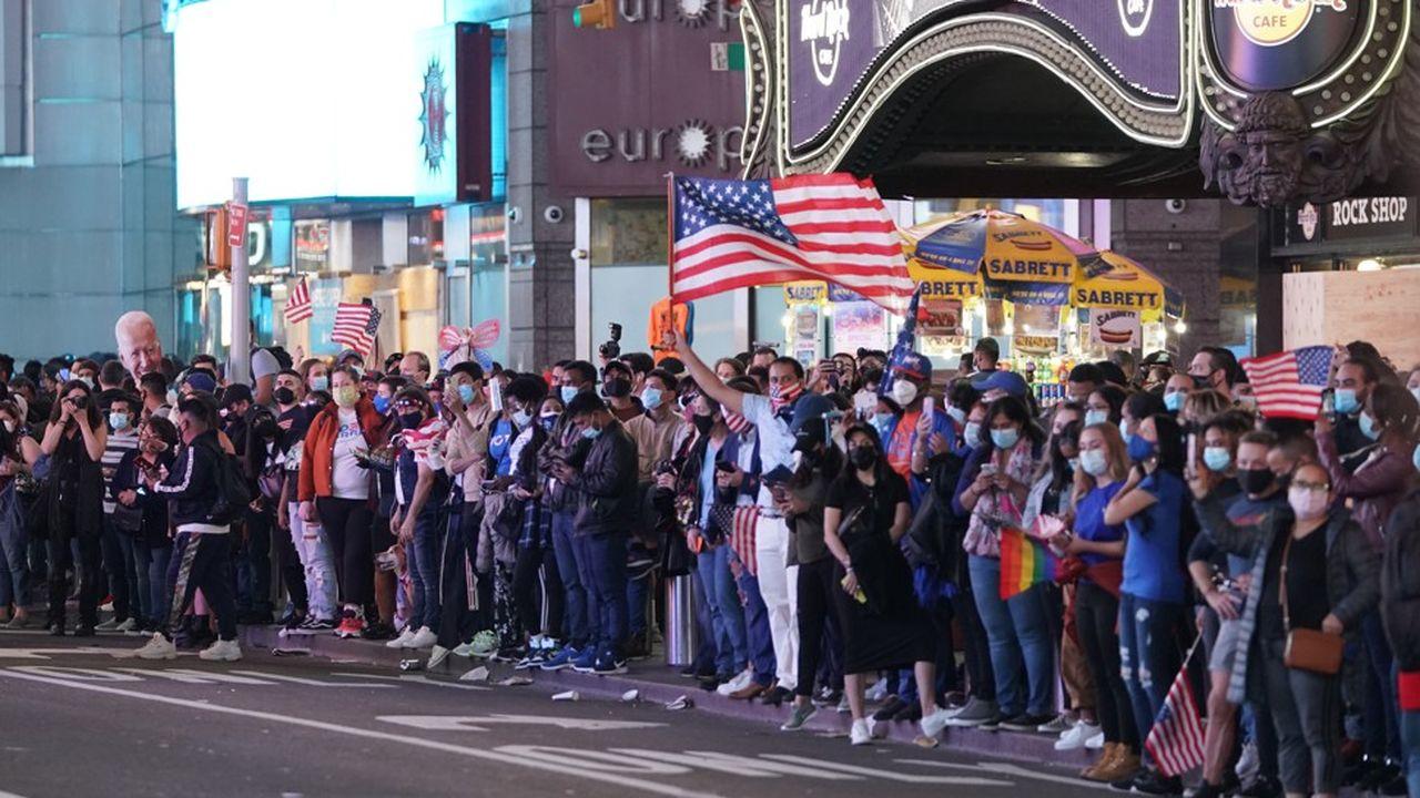 A New York, plusieurs milliers de personnes ont convergé vers Times Square.