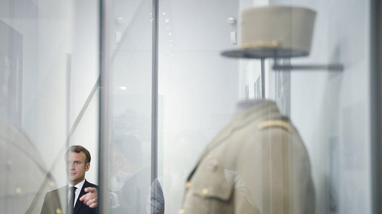 Emmanuel Macron, en juin2020, devant un uniforme du général De Gaulle au musée de l'Ordre de la Libération.